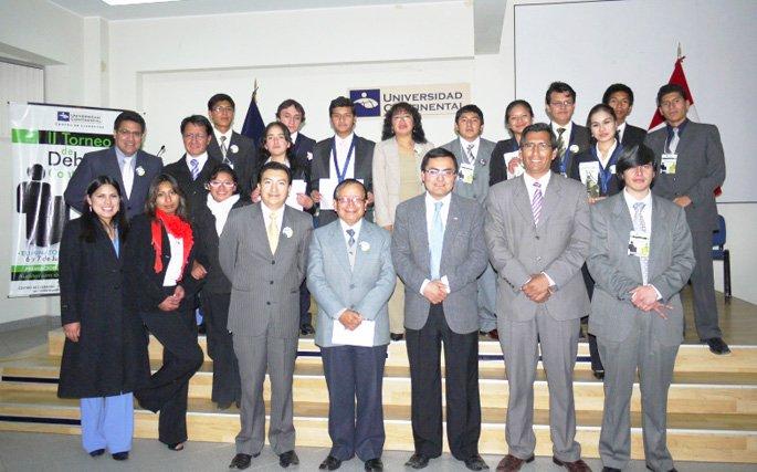 Equipo del Centro de Liderazgo y alumnos participantes en II Debate Continental