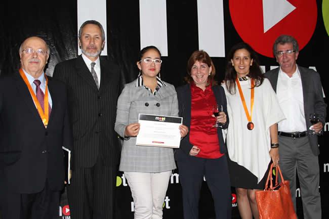 Karla Araujo recibe premio por Mejor destreza legal