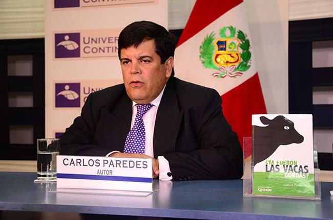 Economista Carlos Paredes presente libro en la UC