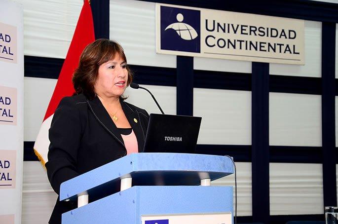 Decana nacional del Colegio de Psicólogos del Perú en conferencia sobre salud mental.