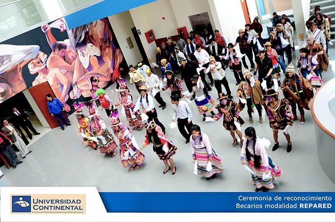 Becarios presentaron danza en ceremonia de reconocimiento.