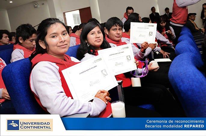 Estudiantes de Continental recibieron constancias de ingreso.