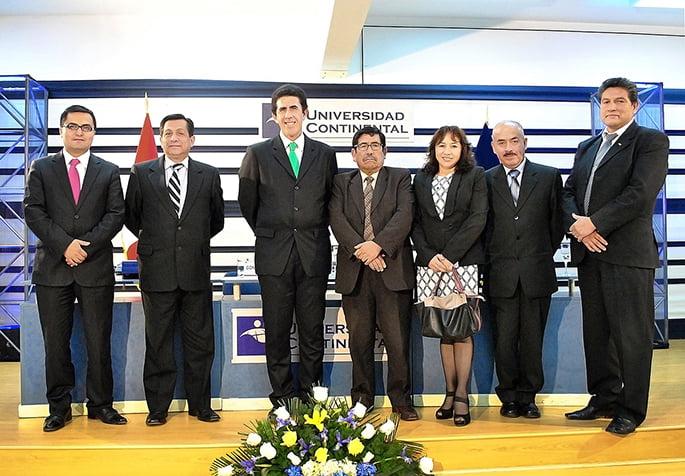 Autoridades de la Universidad Continental junto a Gonzalo Galdos