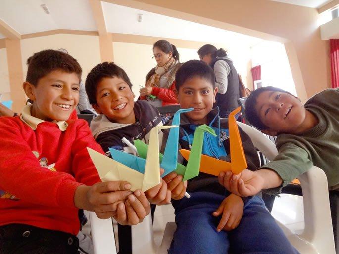 Niños aprendiendo origami