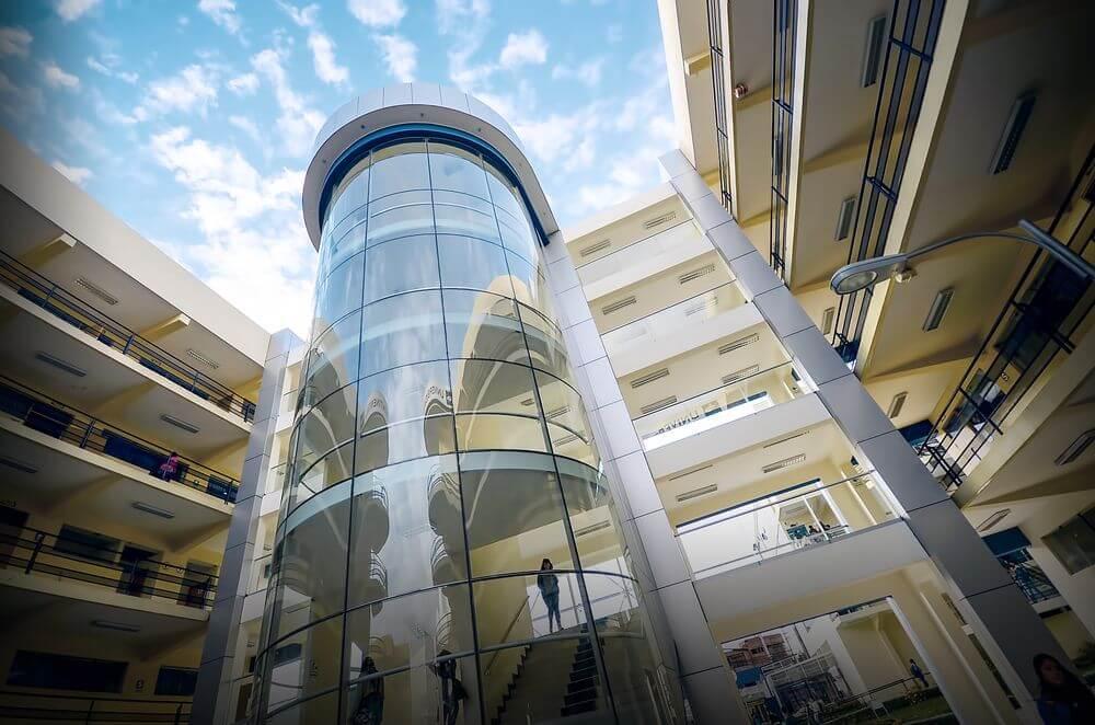 Moderna infraestructura de nuestro edificio principal UC que unen los pabellones C y D.