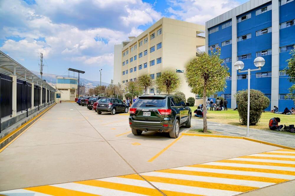 Playa de estacionamiento principal de nuestra UC