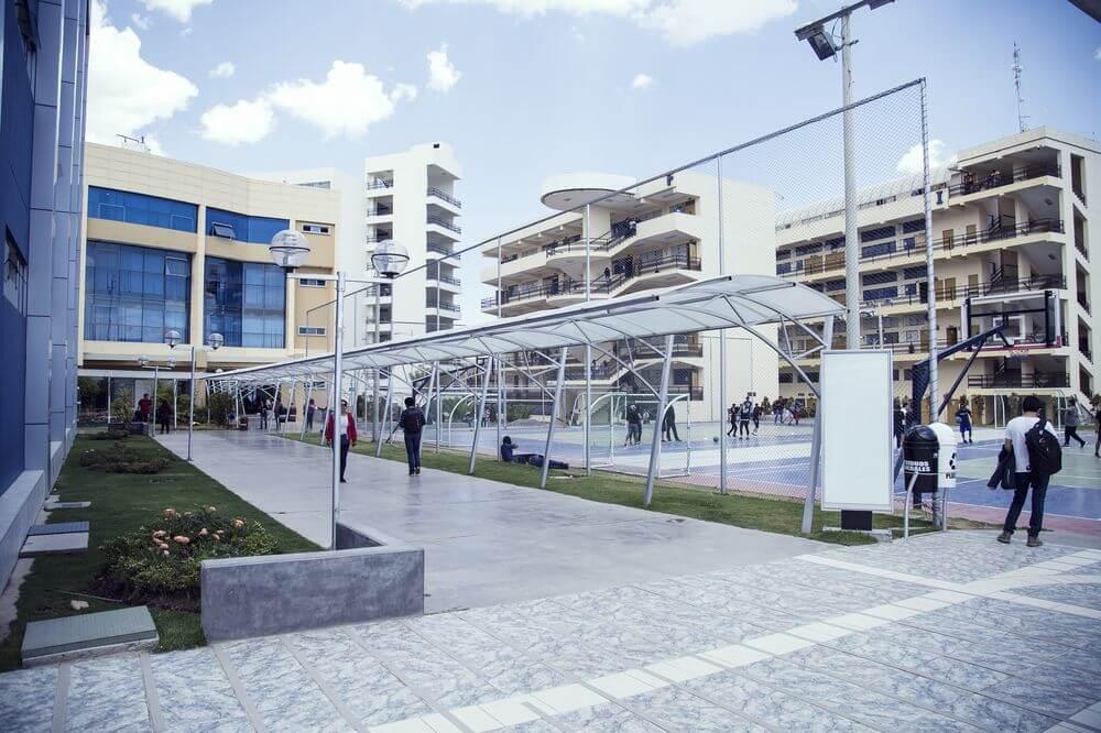 Los pabellones F e I están especialmente equipados con laboratorios para las facultades de Ingenieria.