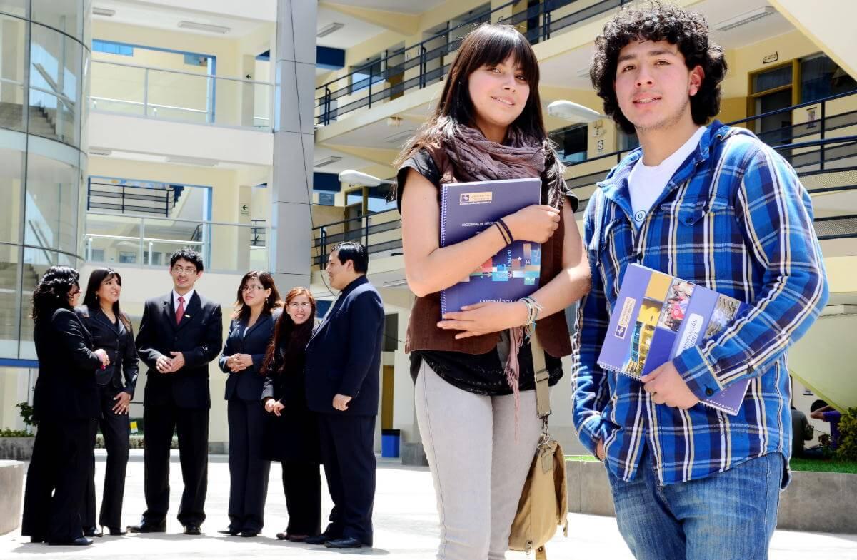 Disfruta tu experiencia universitaria con docentes de primer nivel.