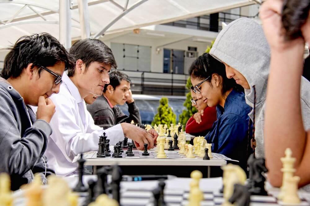 Estrategia, concentración y pericia es lo que necesitas para derrotar inteligentemente a tu oponente.