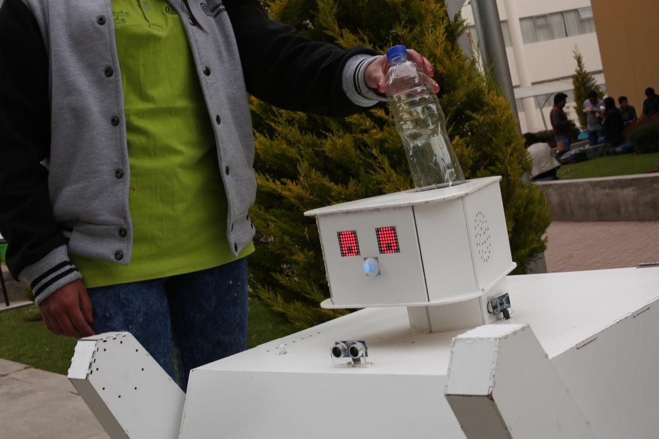 Cafma, robot ecológico que busca reducir la contaminación ambiental por botellas de plástico